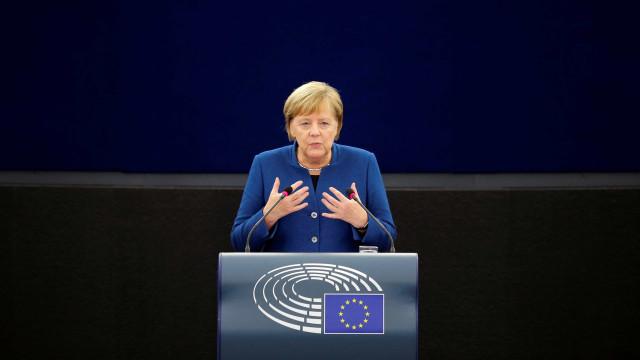 Avião que levava Merkel ao G20 faz pouso de emergência