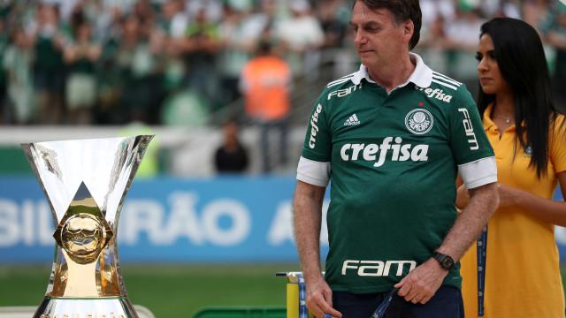 Bolsonaro entrega premiação a Palmeiras, ouve vaias e é chamado de mito