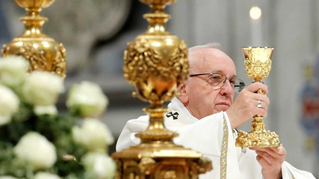 Papa pede desculpa a mulher agredida com ácido