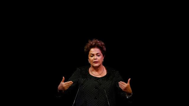 Lula pede a Dilma que tenha 'força' em carta por seu aniversário