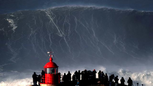 Brasileiro passa sufoco ao ser coberto por ondas gigantes em Nazaré