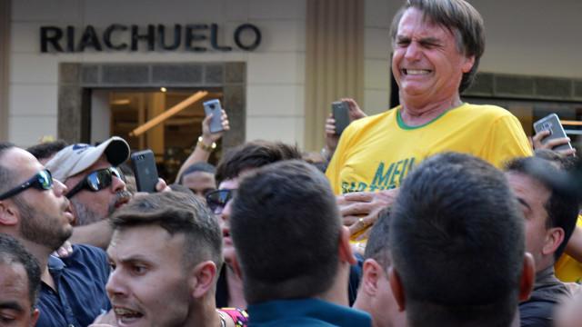 Bolsonaro segura faca e brinca com atentado sofrido na campanha; vídeo