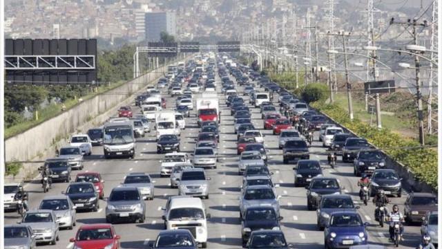 Motorista enfrenta até 27 km de lentidão para chegar ao litoral de SP