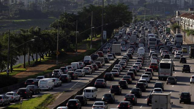 Motoristas enfrentam lentidão na descida para o litoral neste domingo