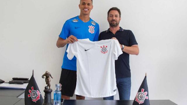 """Richard """"realiza sonho de criança"""" no Timão e já alfineta Palmeiras"""