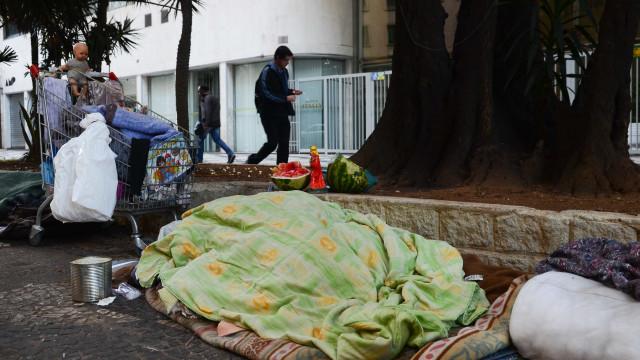 Vice-prefeito italiano joga cobertor de sem-teto no lixo: 'Satisfeito'
