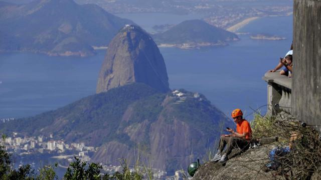 Vigilantes alertam turistas sobre risco de assaltos em trilha do Rio