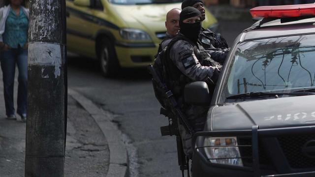 Carro de deputada é alvejado por fuzil e motorista é baleado no Rio
