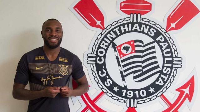 Corinthians oficializa contratação do zagueiro Manoel