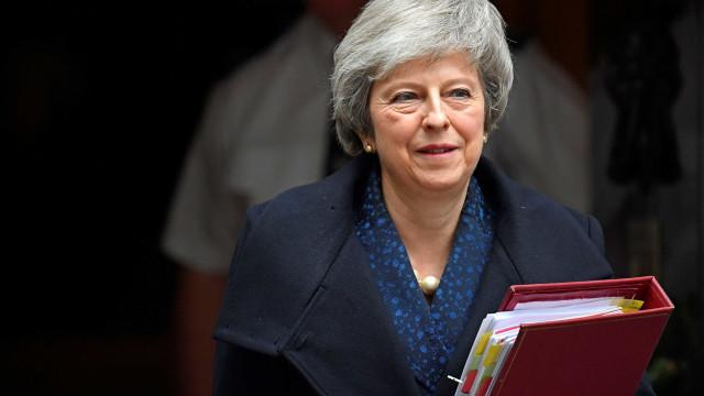 Theresa May vence moção e continua no cargo de primeira-ministra
