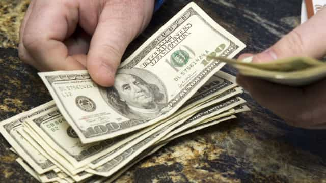 Ibovespa opera em alta e dólar custa R$ 3,72