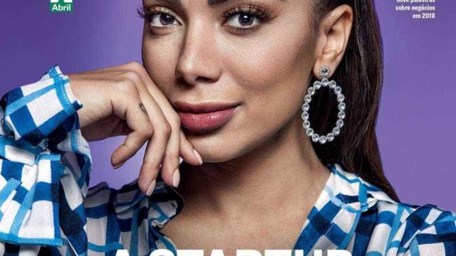 Anitta celebra que 'funkeira cheia de plásticas' é capa da 'Exame'