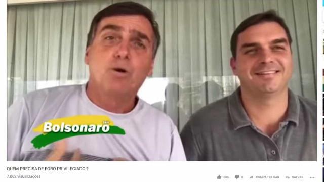 Bolsonaro ao lado de Flávio em 2017: 'Não quero foro privilegiado'