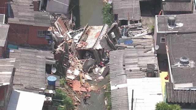 Três casas desabam sobre córrego na Zona Sul da capital paulista