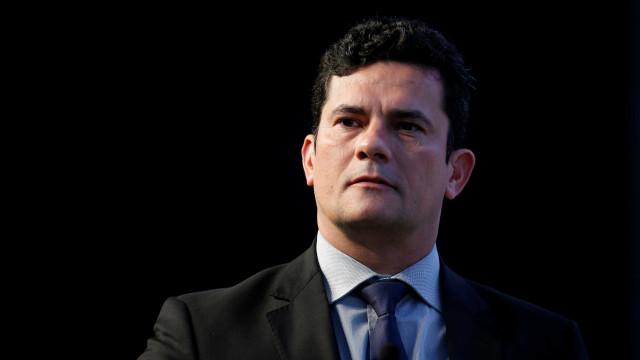 Vídeo mostra homem em mercado cobrando Moro sobre caso Queiroz