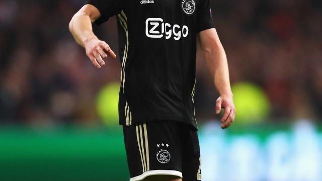 PSG e Barcelona esquentam disputa para contratar meia holandês