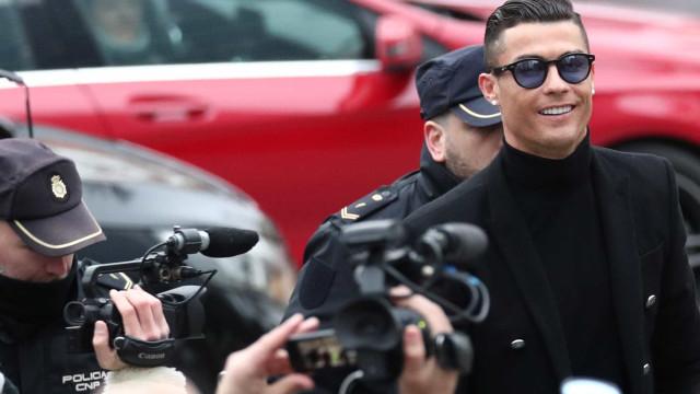 CR7 é criticado por foto em jatinho no dia do desaparecimento de Sala