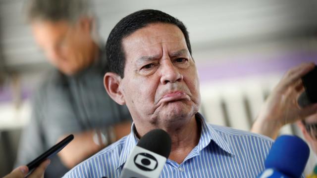 Mourão chega ao Planalto, fala sobre Flamengo e evita caso F. Bolsonaro