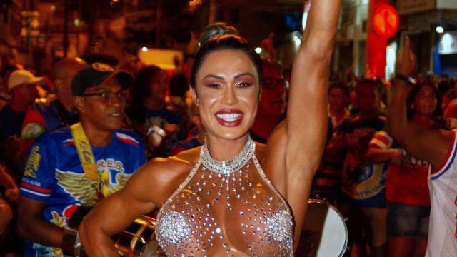 Gracyanne Barbosa cai no samba com look supertransparente; fotos