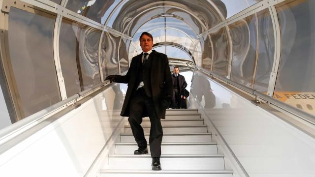 Bolsonaro desembarca em Brasília após ida à Suíça e tem reuniões