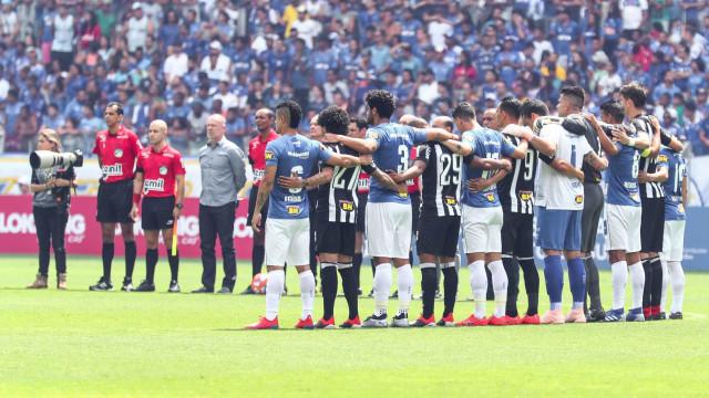 Cruzeiro e Atlético empatam em jogo com árbitro lesionado e expulsões