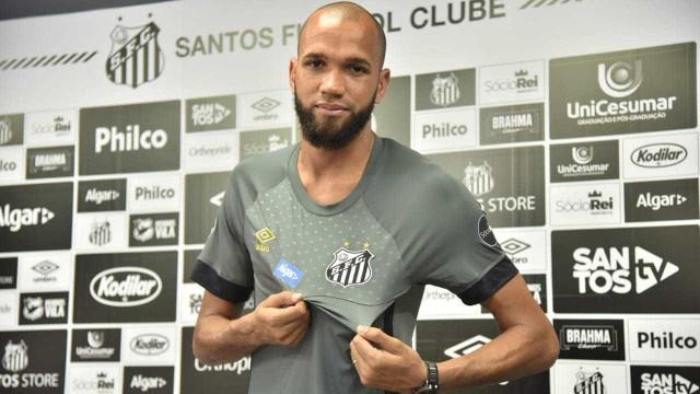 'É um dos maiores do mundo', diz Everson na apresentação ao Santos