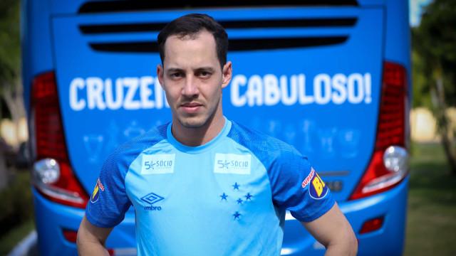 Rodriguinho se apresenta no Cruzeiro: 'voltar a sonhar com a seleção'