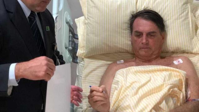 Bolsonaro despacha com assessores no quarto do hospital