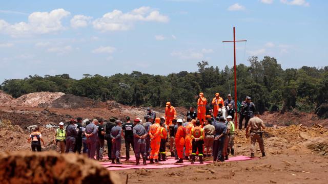 Bombeiros homenageiam vítimas em cerimônia de uma semana da tragédia