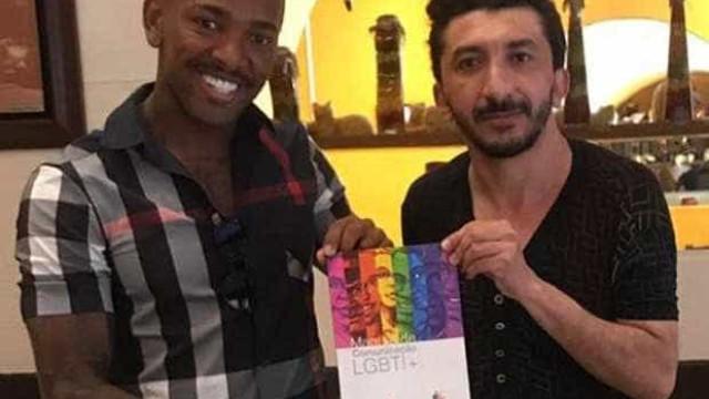 Após polêmica, Nego do Borel recebe manual LGBTI+ e posa com drag queen
