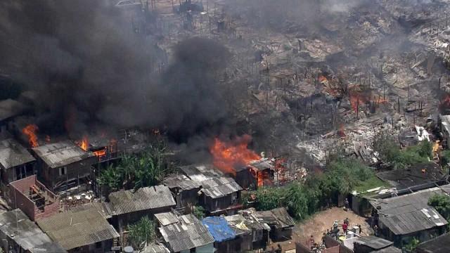 Incêndio de grandes proporções atinge comunidade em São Paulo