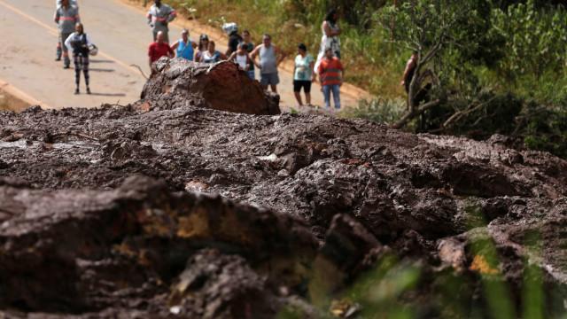Brumadinho: 'Língua preta' de lama parou o tempo de moradores às 12h28
