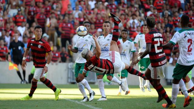 Diego marca de bicicleta e Flamengo vence de goleada no Maracanã