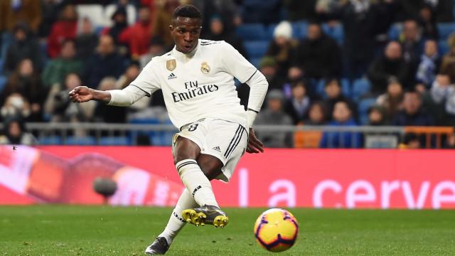 Com bela jogada e gol de Vinícius Junior, Real Madrid vence o Alavés