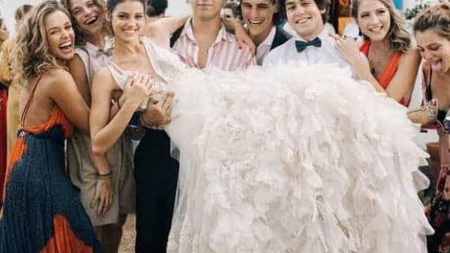 Atriz explica mão boba em foto do casamento de Laura Neiva e Chay Suede