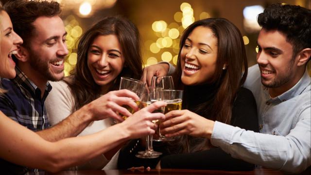 Cerveja antes do vinho? Entenda como a ordem das bebidas afeta ressaca