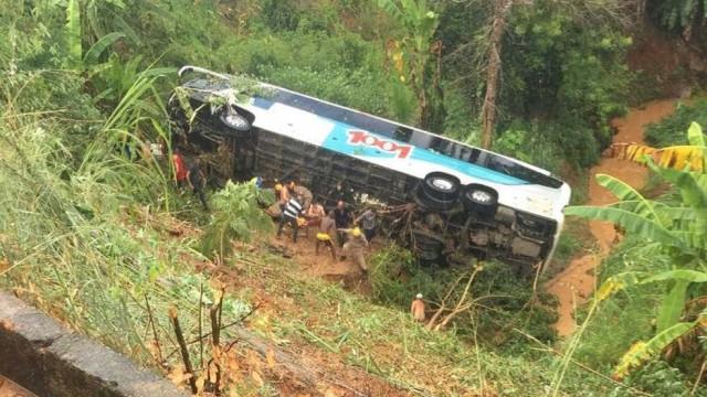 Quatro pessoas morrem após ônibus cair em ribanceira no Rio