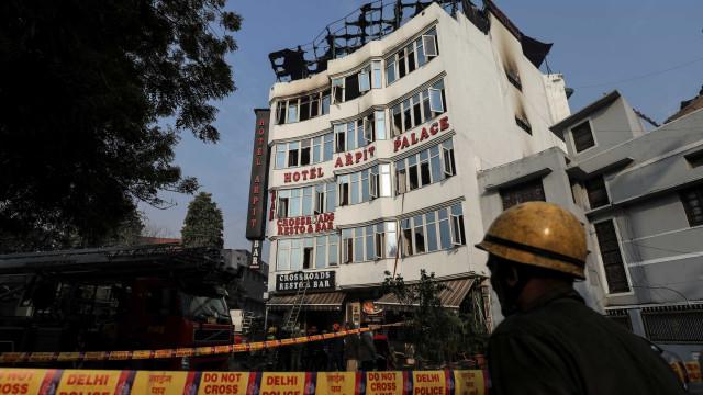 Incêndio em hotel na capital da Índia deixa mortos e feridos