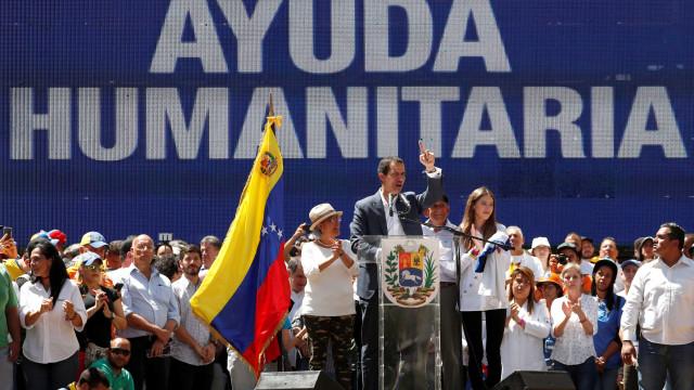 Manifestantes contra e a favor de Maduro saem às ruas na Venezuela
