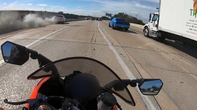Veículo em alta velocidade bate contra barreira lateral