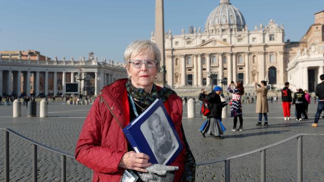 Vítimas de pedofilia protestam antes de cúpula do papa