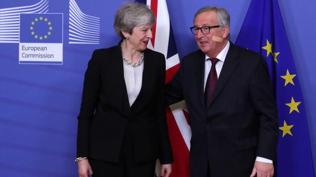 May vê progresso após nova reunião com Juncker sobre 'Brexit'