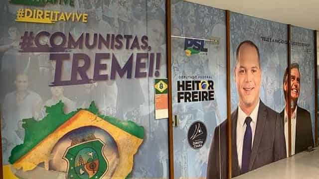 Deputado reveste sala com hashtags 'Ustra vive' e 'Comunistas, tremei'