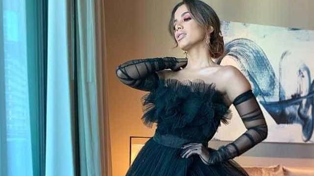 Anitta arrasa com vestido exuberante em noite de premiação