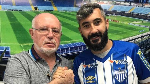 Douglas, ex-Corinthians e Grêmio, assina contrato com o Avaí