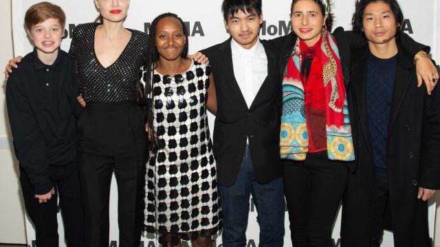 Angelina Jolie leva filhos mais velhos a evento em Nova Iorque