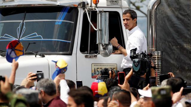 Guaidó inicia operação de ajuda humanitária rumo à Venezuela