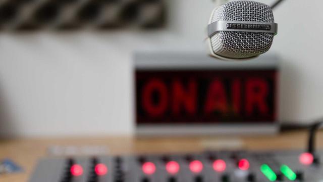 Policial invade rádio e prende entrevistado ao vivo; veja vídeo