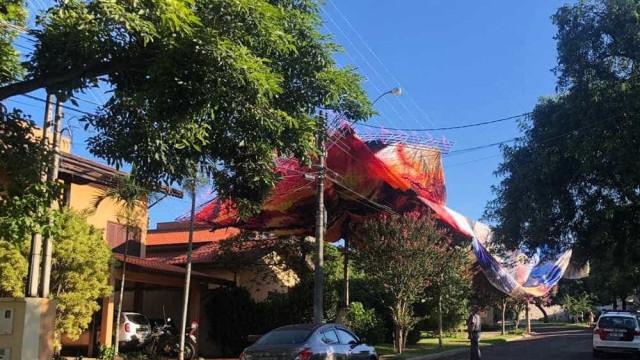 Balão cai sobre casa e bombeiros evitam que fogo se alastre