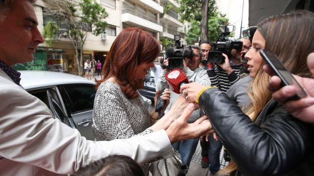 Cristina Kirchner comparece a tribunal para responder por 8 acusações